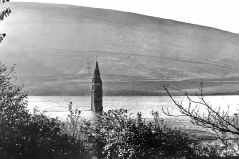 The Drowned Villages under Ladybower Reservoir : Derwent Village