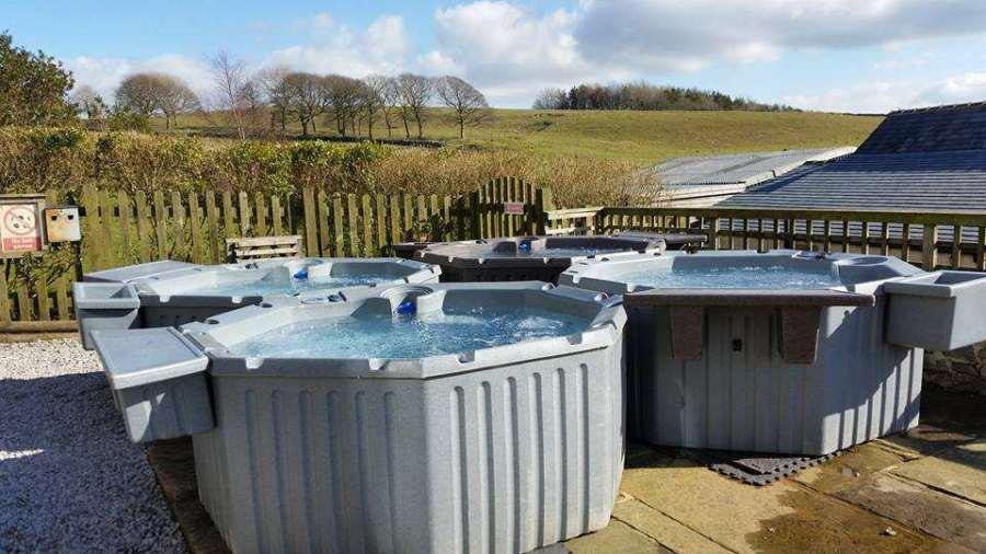 This image has an empty alt attribute; its file name is Hulmesvale_Farm_Cottages_Hot-Tub-Hire.jpg